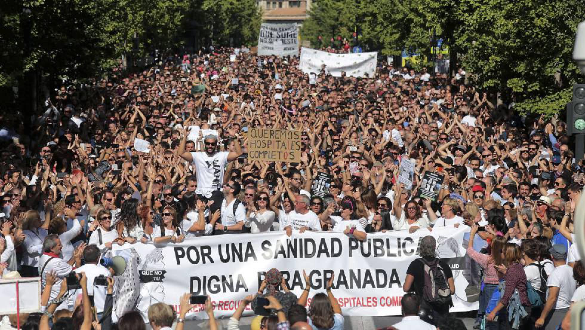 Manifestantes protestan por la fusión hospitalaria en Granada, en octubre. P. TORRES
