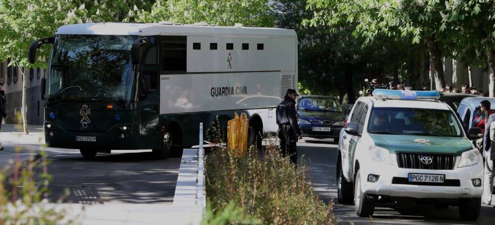 Un furgón y un coche patrulla de la Guardia Civil a su llegada a la Audiencia Nacional la semana pasada.