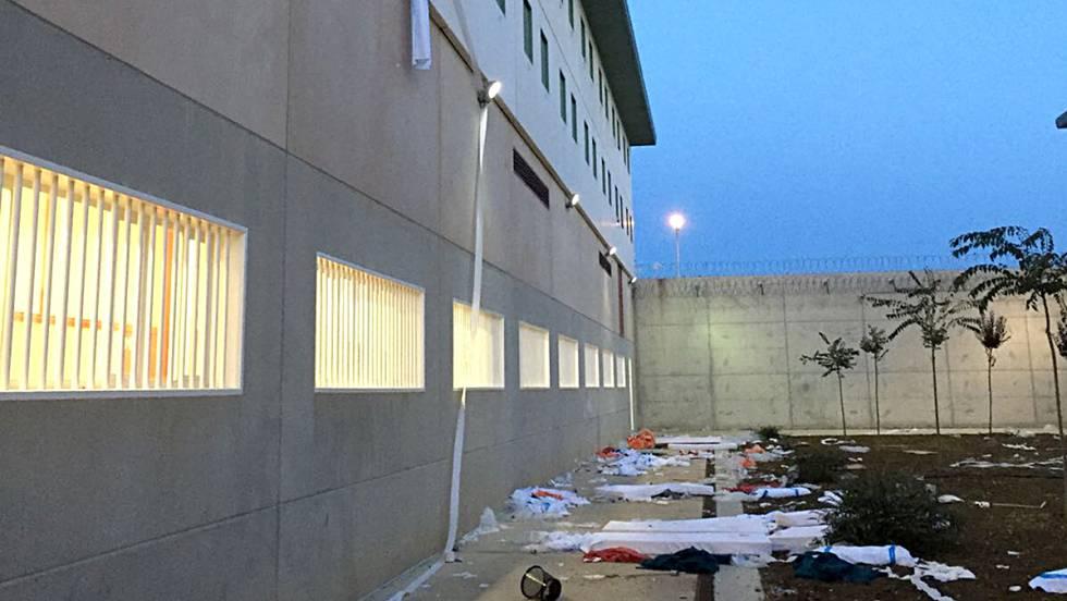 Objetos arrojados por migrantes al patio de la futura cárcel de Archidona.