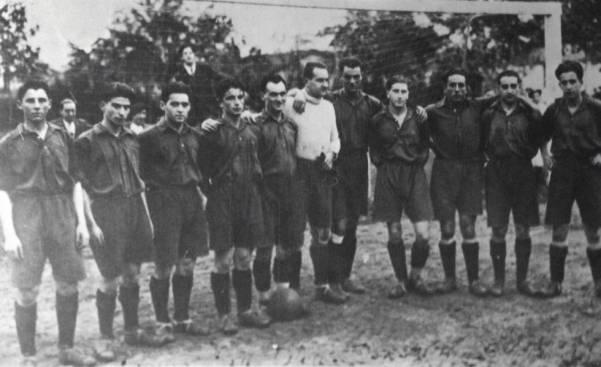 Jaso, primero por la izquierda, posa con sus compañeros del Osasuna en un partido de la temporada 1930-31.