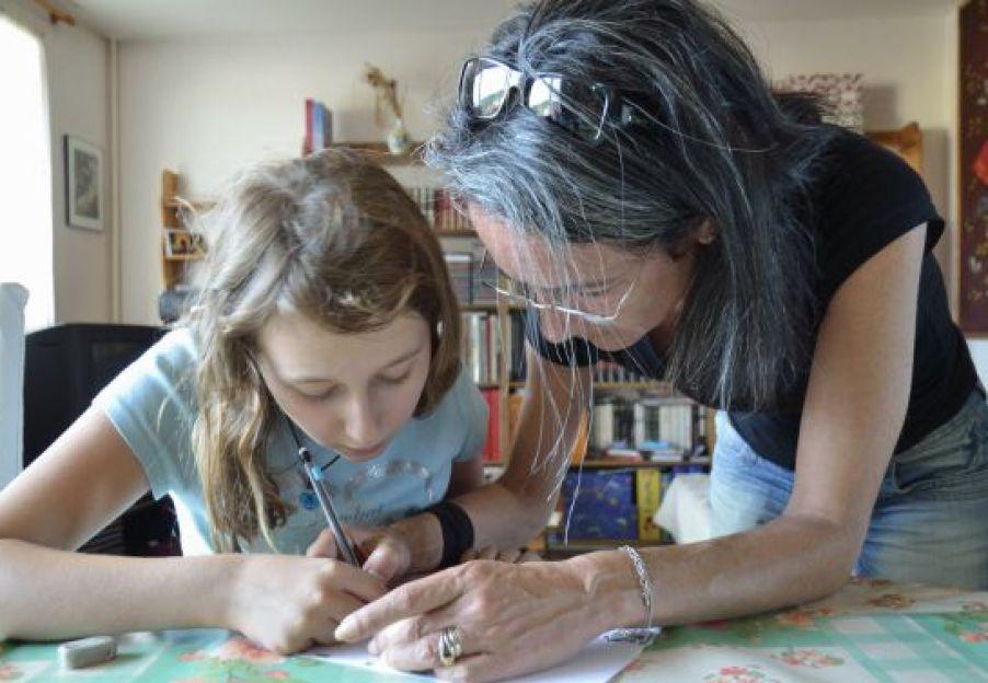 Los padres, con una mayor formación, comenzaron a involucrarse más en los deberes hace una década.