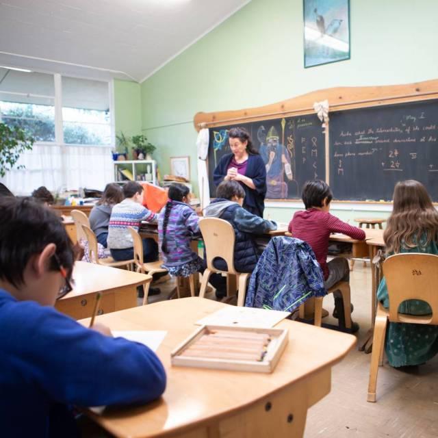 Plantas, muebles de madera, lápices y un encerado presidiendo la clase, en el colegio Waldorf Peninsula de Silicon Valley.