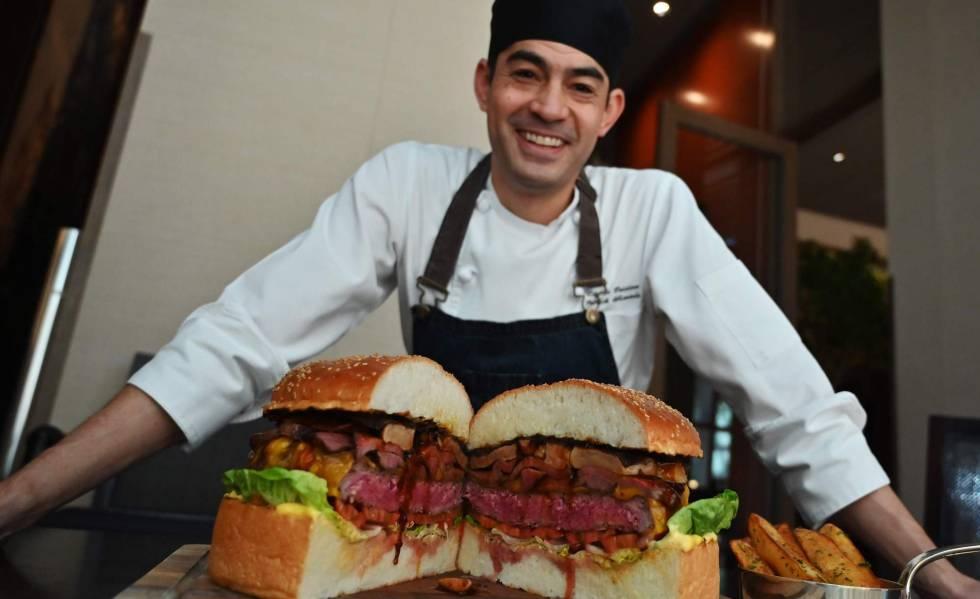 Patrick Shimada, chef do The Oak Door, no hotel Grand Hyatt de Tóquio, posa com o hambúrguer de três quilos que preparou em 1º de abril.
