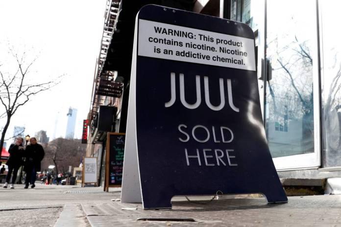 Una publicidad de la compañía de cigarrillos eletrónicos Juul.