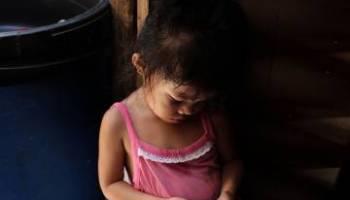 Una niña de tres años juega con el 'smartphone' de su padre en Manila, Filipinas.