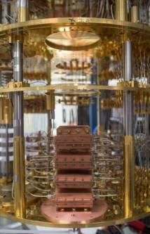 Detalle del interior del ordenador cuántico universal de IBM.