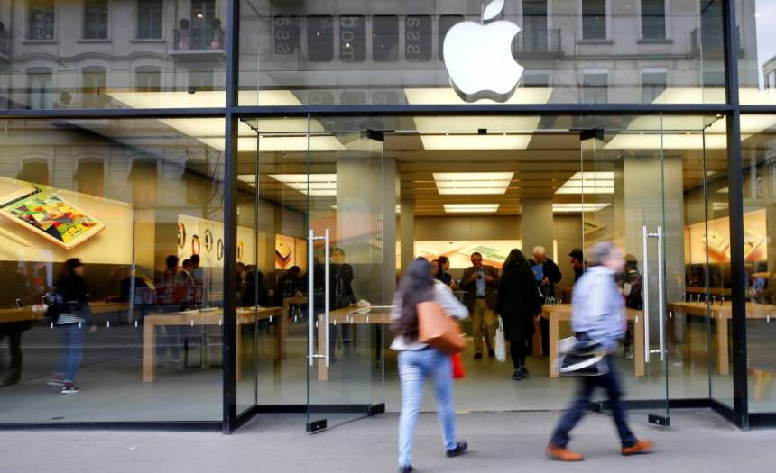 Clientes entran en la Apple Store de Zúrich, en una imagen de archivo.