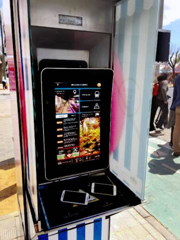 Teléfonos móviles cargándose en una neocabina