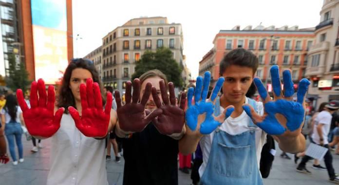 Varios jóvenes festejan el Día Internacional de la Visibilidad Bisexual, en la plaza de Callao de Madrid.
