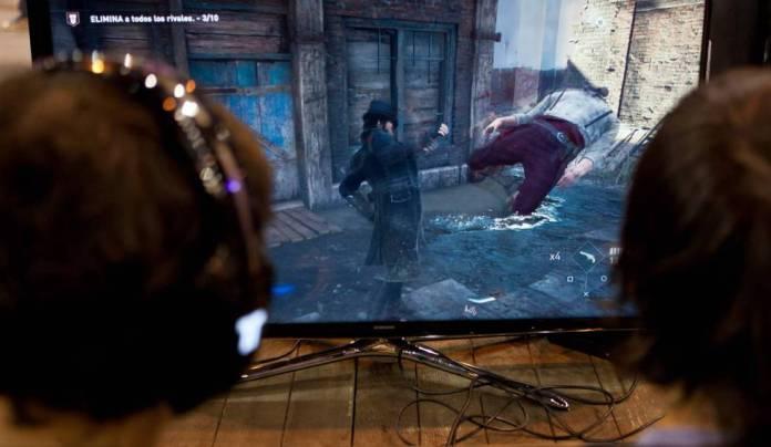 Dos jugadores de 'Assassin's Creed', en la feria Madrid Games Week.