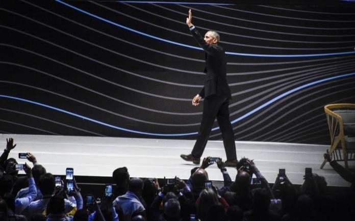 El público toma imágenes de Obama tras su intervención en Bogotá.