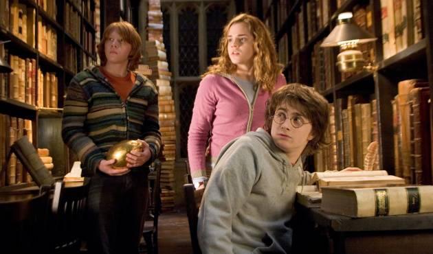 Ron, Hermione y Harry se quedan mirando a la que acaba de entrar con tacones en la biblioteca de Hogwarts