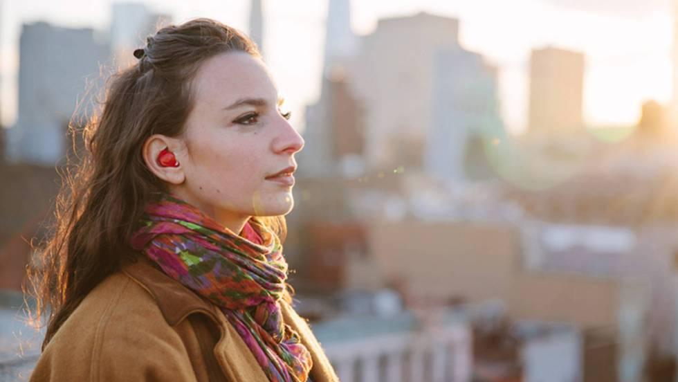 Foto: El País | El Pilot se utiliza como un discreto auricular que incluye un micrófono que escucha al interlocutor; el software de traducción convierte las frases a otro idioma sin apenas retrasos. WAVERLY LABS (EDICIÓN: EPV)