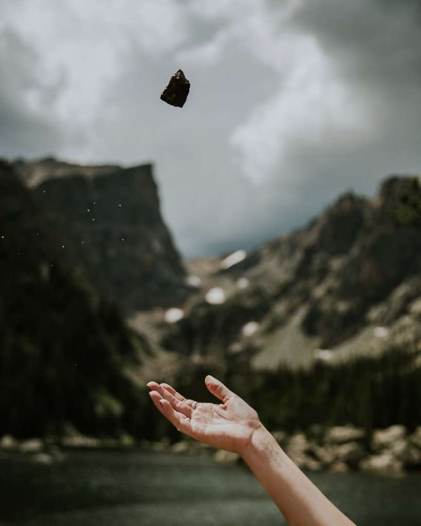Vivre simplement.Jeter une pierre
