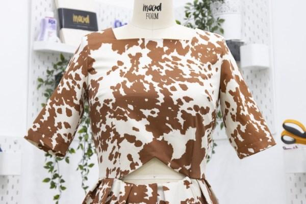 Платье с вырезом на талии