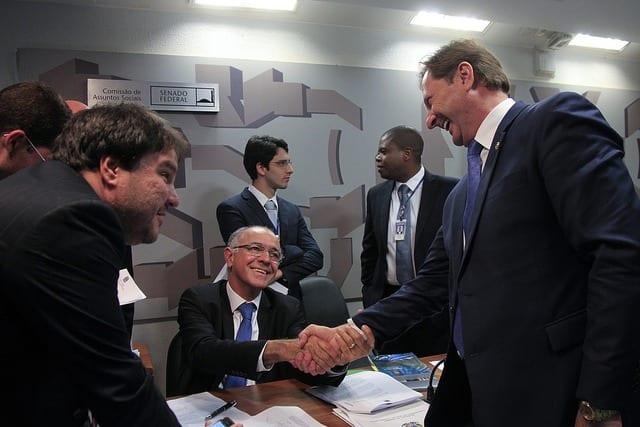 O deputado José Carlos Aleluia (DEM-BA) e o senador Acir Gurgacz (PDT-RO).  Foto: Beto Barata/Agência Senado.