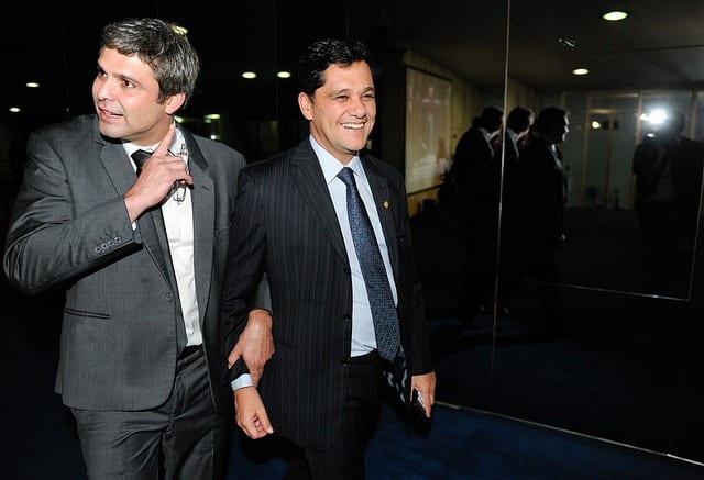 Senadores Lindbergh Farias (PT-RJ) (à esq.) e Ricardo Ferraço (PMDB-ES) logo após serem informados sobre o adiamento para 2013 da análise do veto presidencial à Lei dos Royalties em 2012. Foto: Cadu Gomes/Agência Senado