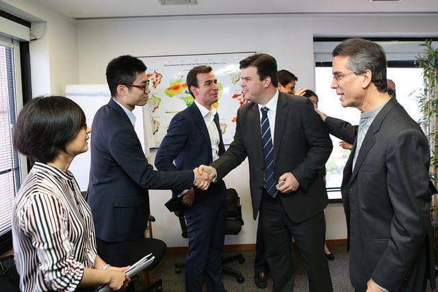 O ministro de Minas e Energia, Fernando Coelho Filho, e o empresário Roberto Viana (primeiro à direita) com representantes da Sinopec - Foto: Saulo Cruz/MME