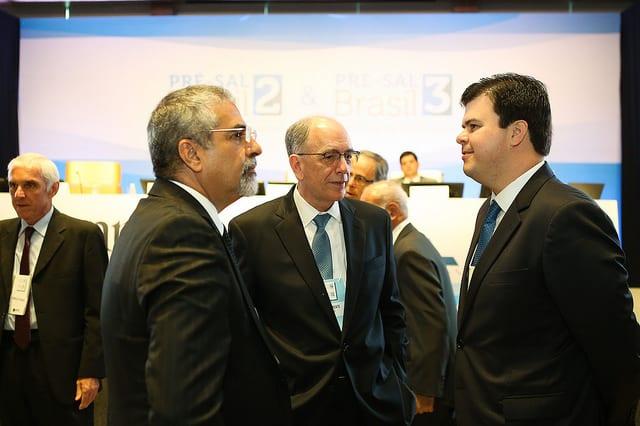 O secretário da Casa Civil do Rio de Janeiro, Christino Áureo (esquerda), o presidente da Petrobras, Pedro Parente (centro), e o ministro de Minas e Energia, Fernando Coelho Filho (direita), nos leilões do pré-sal em 2017 - Foto: Saulo Cruz/MME