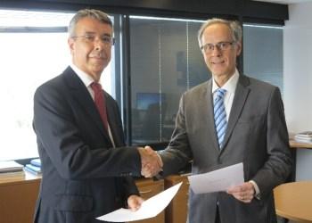 Guilherme França, da Petrobras, e Ibsen Flores, da PPSA, na assinatura da venda da primeira carga do petróleo de Mero