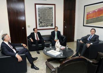 Presidente do Senado Federal, senador Eunício Oliveira (PMDB-CE) recebe o presidente da Câmara dos Deputados, deputado Rodrigo Maia (DEM-RJ). Foto: Jonas Pereira/Agência Senado