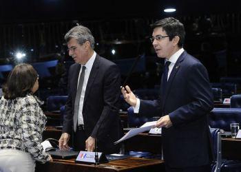 Randolfe e Jucá apresentam projeto de resolução no plenário do Senado para limitar ICMS sobre combustíveis / Foto: Agência Senado