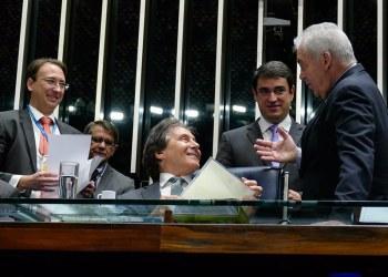 Autor da proposta, o senador Otto Alencar (D) conversa com o presidente do Senado, Eunício Oliveira. Foto: Roque de Sá/Agência Senado