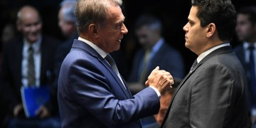 O senador Alvaro Dias (Pode-PR) e o presidente do Senado, Davi Alcolumbre (DEM-AP). Foto: Jefferson Rudy/Agência Senado