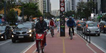 Ciclovia da Avenida Paulista facilita a mobilidade urbana na cidade de São Paulo.