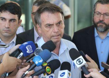 O presidente Jair Bolsonaro fala à imprensa sobre a crise na Venezuela, após reunião no Ministério da Defesa. Ao lado, o ministro das Relações Exteriores, Ernesto Araújo