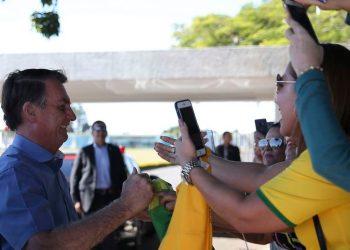 Presidente Jair Bolsonaro cumprimenta populares na saída do Alvorada