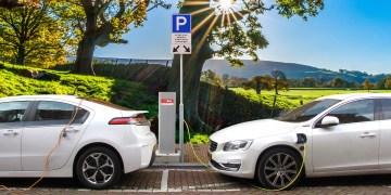 Veículo elétrico carregando nos EUA