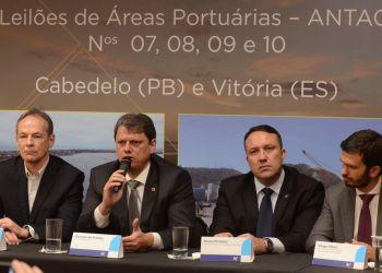 O ministro da Infraestrutura, Tarcísio Gomes de Freitas, participa do leilão de quatro áreas portuárias, Áreas AI-01, AE-10 e AE-11 do Porto de Cabedelo (PB) e Área VIX30 do Porto de Vitória (ES), na sede da B3, em São Paulo.