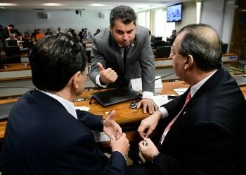 Comissão de Assuntos Econômicos (CAE) realiza reunião com 24 itens. Entre eles, o PLC 137/2017, que cria a Política Nacional de Economia Solidária.rrMesa:rPresidente da CAE, senador Omar Aziz (PSD-AM); rsenador Eduardo Braga (MDB-AM);rsenador Marcos Rogério (DEM-RO).rrFoto: Pedro França/Agência Senado