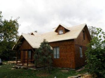 Dom z dachem z wióra