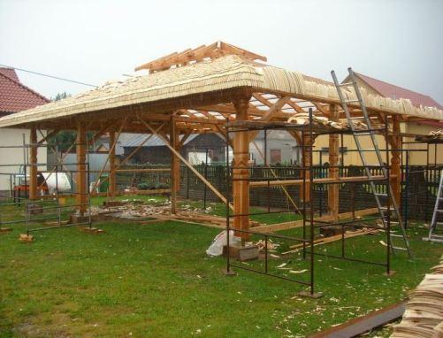 Konstrukcja drewniana z dachem i ścianami pokrytymi wiórem