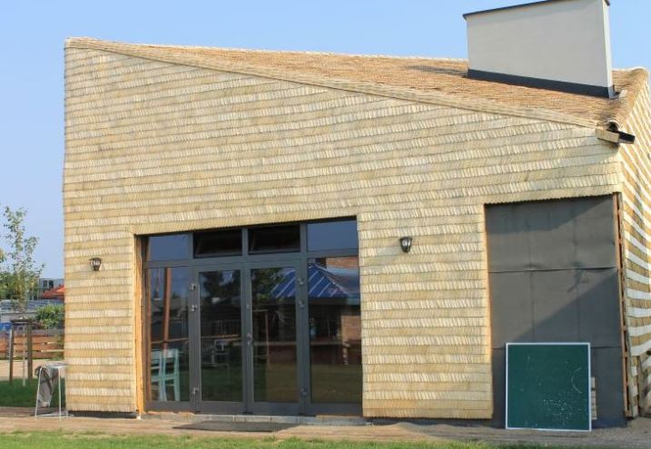 Wiórowy domek - dach i ściany pokryte ekologicznym wiórem osikowym