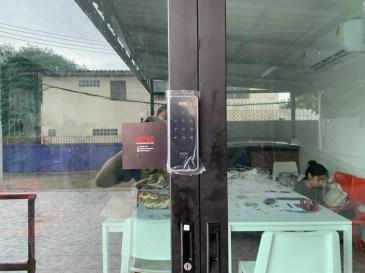 Digital door lock สำหรับประตูบานเลื่อนแบบบานคู่ ปิดชนตรงกลาง บานอลูมิเนียม