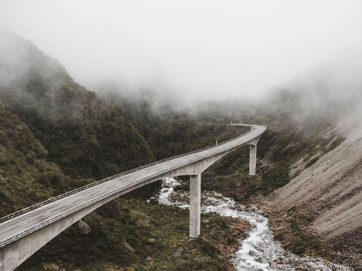 paisaje autopista elevada volando en auto nueva zelanda viajes