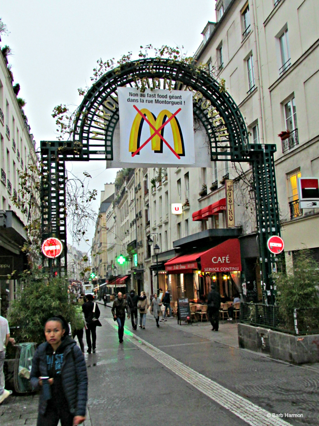 The green arch at the entrance of rue Montorgueil