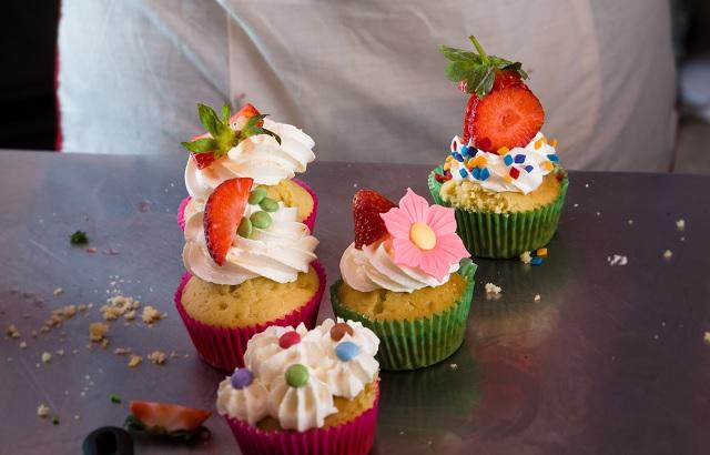 Cupcakes gourmands à la fraise par Chloé Saada | www.epicuriendusud.com