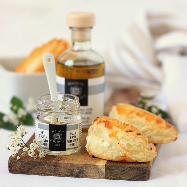 Chaussons au chèvre, miel et huile d'olive à la truffe | Sophie François-Mülhens pour la Maison Baumont | www.epicuriendusud.com