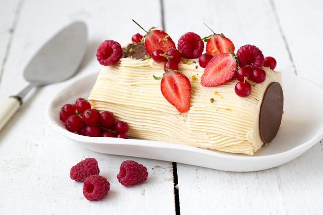 Bûche crème au beurre vanillée et fruits rouges | Photo -  A. Beauvais - F. Hamel