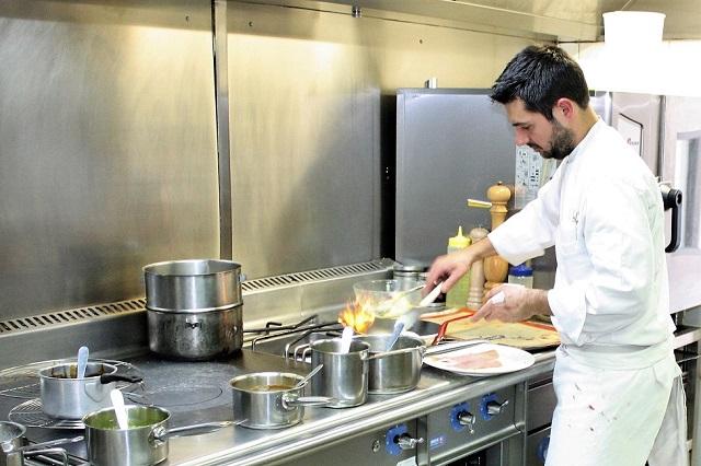Julien Bazzano dans les cuisines du Carré 2 Vigne | Toulon | Var | www.epicuriendusud.com