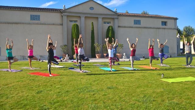 Séance de Yoga au Château Gassier (13) - www.epicuriendusud.com