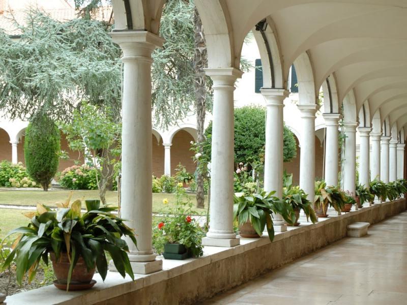San Lazzaro degli Armeni est une petite île de la lagune de Venise, très proche du Lido. Elle est occupé par un monastère de l'ordre des Mékhitaristes depuis 1717. Le monastère comprend une bibliothèque de 200.000 volumes et manuscrits, un musée, une église, un cloître, des jardins et des divers bâtiments. En aout 2007, une oeuvre de J. Kosuth, appelée le langague de l'équilibre était présentée sur les murs du monastère dans le cadre de la Biennale des arts visuels. voir aussi le site sur les diasporas arméniennes http://www.armeniens.culture.fr
