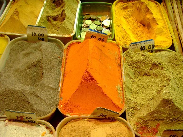 800px-Spices_-_Saturday_morning_in_the_Mercato_Esquilino_-_Rome,_Italy