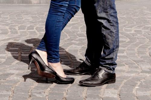 恋愛心理学しぐさ 足に出る恋愛感情とは?