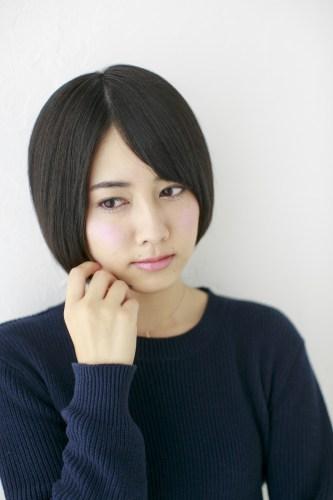 ショートヘアスタイルで黒髪と大人眉で出す、大人の日本女性のポイント。