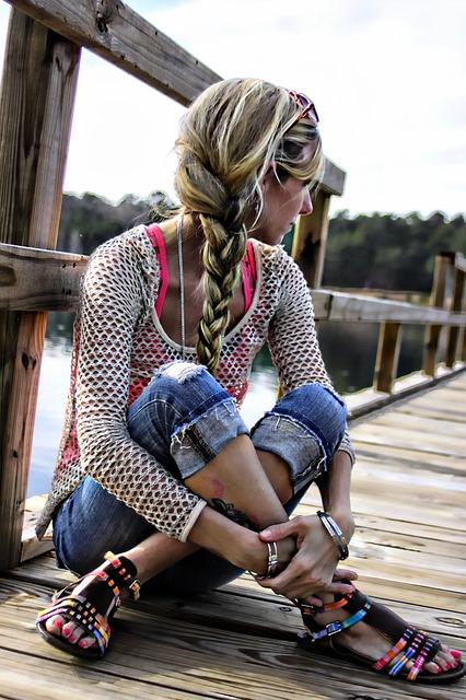 女子力アップ! セミロングだからこそできる、簡単でゴージャスな髪型特集♪ 髪の長さがあるので、ボリュームを出したり、お団子にするなど、何をするにも都合のよい長さ♪ 編み込んだらとっても魅力的なヘアスタイルに早変わりです! 花火大会やお祭りの前に、ササッと出来ちゃう浴衣用の髪型、厳選4つお届けします。
